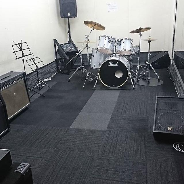引山店です!雨が降ってますね。今日はスタジオが空いてましたので配置調整してました。ベストな位置、決まりました!#スタジオ #リハーサルスタジオ #名古屋 #千種区 #名東区 #守山区 #尾張旭 #瀬戸 #レコーディングスタジオ #リハスタ #引山 #バンド #音楽 #音楽好きな人と繋がりたい #楽器店 #楽器修理