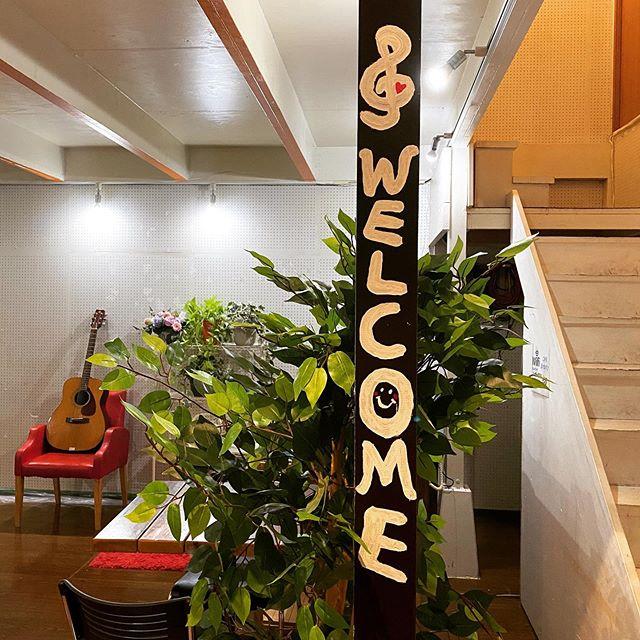 柱にかわいく文字を書いていただきました♪WELCOME朝からはじまったペンキ塗りも今日はここまで🖋 #名古屋 #千種 #スタジオ #エチュード 少しずつ変わっていきますよー #習いごと名古屋 #練習スタジオ