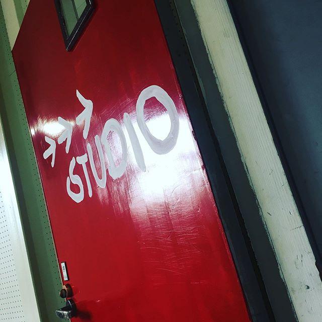 お店の中がカラフルに♫どんどん変化していきますよー!名古屋市千種区スタジオエチュード引山店です今日も元気にオープンしましたースタジオのご予約、レッスンのお問い合わせはお電話でお待ちしてまーす♂️ tel 052-760-6607 名二環引山インターからすぐ 守山区 尾張旭市 名東区からのアクセスもしやすいよ♪ #音楽教室 #レッスン #スタジオ #防音室