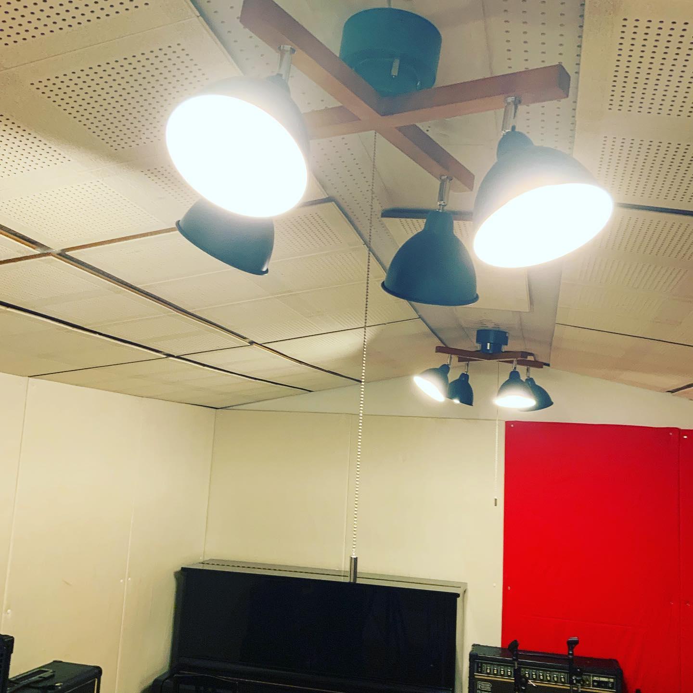 Cスタジオの電気工事をしていただき、新しいライトを設置しましたスタジオの雰囲気がガラッと変わりましたよ8月31日まで朝8時から夜24時まで営業しております。是非ご来店ください。ご予約、お問い合わせはこちらまでお願いします。tel 052-760-6607#全室空気清浄機完備 #コロナ対策 #名古屋市千種区 #香流橋東 #インスタスポット#スタジオ #音楽スタジオ #安い音楽スタジオ #リハスタ #リハーサルスタジオ #カラオケ #ライブ配信 #生配信 #ツイキャス #17live #17ライブ #17ライブ配信 #イチナナ #イチナナ配信 #レコスタ #レコーディングスタジオ #音楽教室 #個人練習 #バンド練習 #レンタルオフィス #レンタルスペース #musicstudio