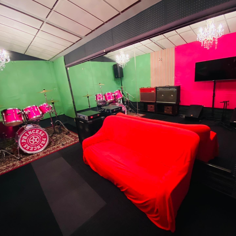 おはよーございます♂️お客様から「プリプリ部屋ってどのスタジオですか?」というお問い合わせを頂きました🥰スタジオエチュード引山店のプリプリ部屋はBスタジオです️富田京子さんモデルのドラムセット、奥居香さん(岸谷香さん)がプリプリ時代に使用していた赤のVOX AC30 ギターアンプ常設のお部屋 見学も大歓迎でーす#princess #プリプリ #富田京子 #岸谷香 #vox #ac30 #赤 #red #pink #vivid #drums #guitar #music #musica #studio #スタジオ #スタジオエチュード引山店 #ソファー #pearl