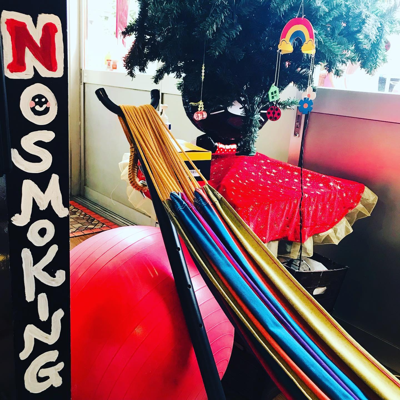 店内でタバコは吸えませんが、ハンモックでゆったりくつろぐ事が出来ます。今日も元気に営業中❣️カラオケ、楽器練習など様々な利用方法があるのでお気軽に問い合わせて下さいね#全室空気清浄機完備 #安心安全施設 #コロナ対策 #名古屋市千種区 #香流橋東 #インスタスポット#スタジオ #音楽スタジオ #リハスタ #リハーサルスタジオ #ライブ配信 #生配信 #17live #17ライブ #17ライブ配信 #ワンセブン#ワンセブン配信 #インスタライブ #インスタ配信 #ツイキャス#ツイキャス配信#レコスタ #レコーディングスタジオ #音楽教室 #個人練習 #バンド練習 #レンタルオフィス #レンタルスペース#ハンモック